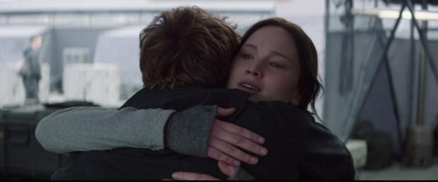 katniss finnick hugs